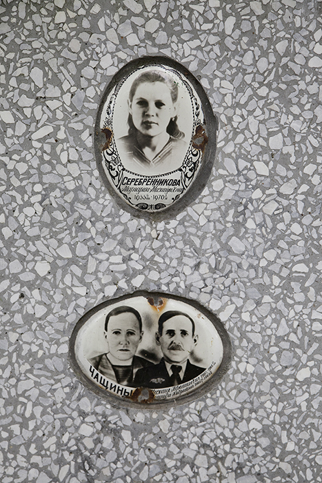 La tomba di famiglia di una coppia di coniugi e della loro figlia nel cimitero di Nevyansk, non lontano dalla Chiesa dei Vecchi Credenti