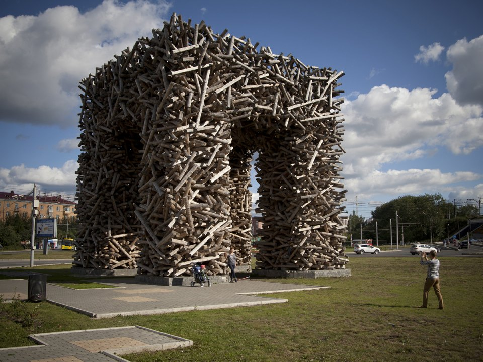 Il progetto artistico Perm Gate venne concepito da Nikolaj Polissky nel 2011. L'opera si trova nella piazza dedicata al 250esimo anniversario di Perm, vicino alla stazione ferroviaria principale