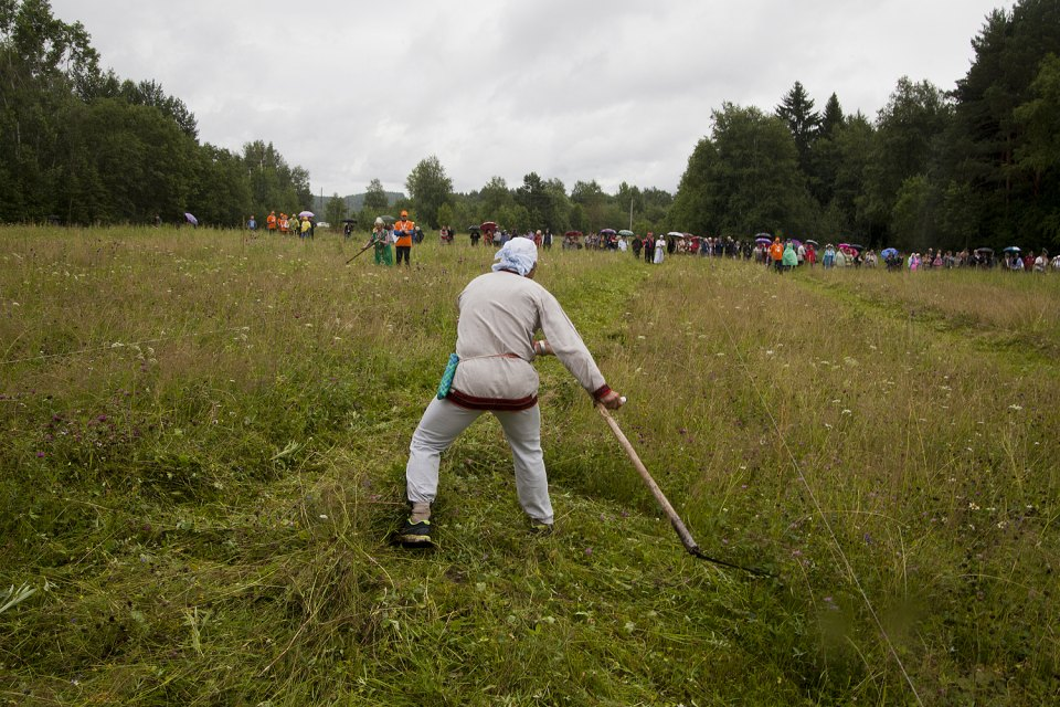 The tournament is traditionally held in three stages: the men's championship, the women's championship, and the team competition. The final stage is the relay race: the women start mowing, then pass the scythes to the men.