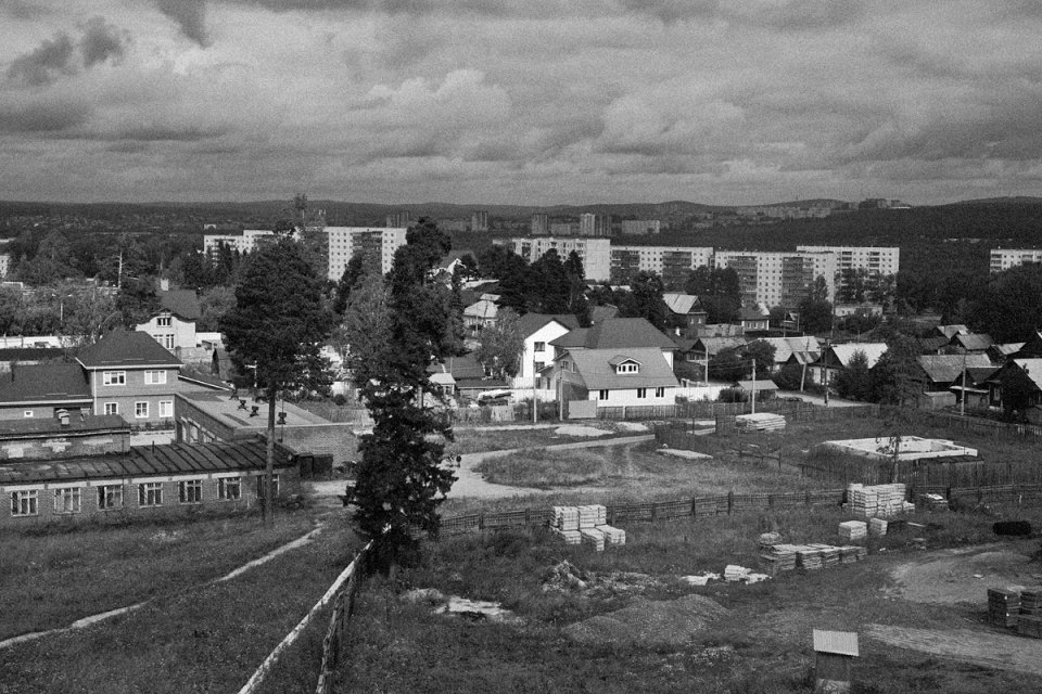 A view of part of the village of Dinas. In the background stands the city of Pervouralsk.