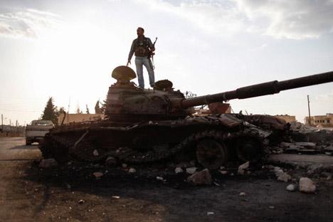 A segurança à volta dos locais onde serão realizados trabalhos para a destruição das armas químicas sírias será mantida tanto por militares russos quanto americanos e europeus Foto: AP