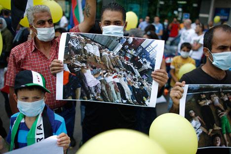 Manifestação da comunidade síria na Romênia contra o uso de armas químicas Foto: Reuters