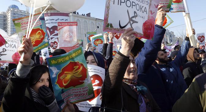 """Die Menschen in Grosny protestieren gegen Mohammed-Karikaturen der Zeitschrift """"Charli Hebdo"""". Foto: Waleri Matizyn/TASS"""