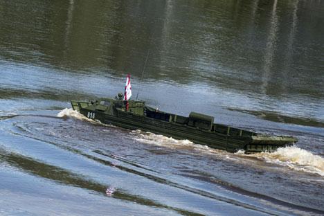Kendaraan amfibi PTS-4 dipajang di Forum Teknis Militer Internasional ARMY-2015 yang diadakan di luar kota Moskow.