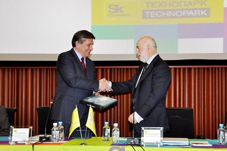Assinatura de um acordo entre os presidentes da fundação, Viktor Vekselberg (à dir.), e da Roskosmos, Vladímir Popóvkin (à esq.) Foto: Press photo