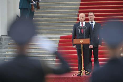 Vladímir Pútin (à dir.) e Dmítri Medvedev (à esq.) Foto: Kremlin.ru