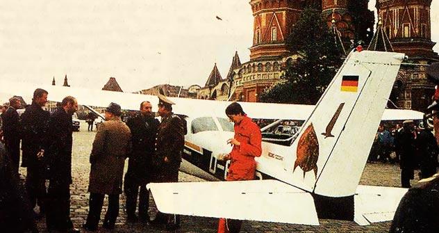 Há exatamente 25 anos um aviador partindo de Hamburgo furou a defesa antiaérea soviética e aterrissou em plena Praça Vermelha