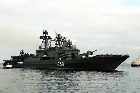 "Navio de guerra  ""Almirante Tchabanienko""  liderará  a transição para o mar Mediterrâneo. Foto: TASS"