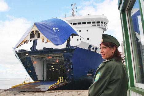 O cidadão cubano Luis Vladimir Vega Céspedes passa mais de um mês a bordo de navio entre a Rússia e a Finlândia. Foto: TASS