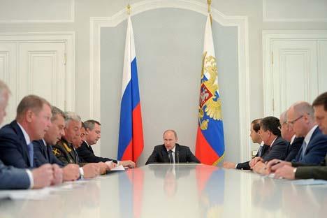 Vladímir Pútin realizou uma reunião sobre a implementação dos programas do equipamento das forças nucleares estratégicas e as tropas de defesa aeroespacial. Foto: kremlin.ru