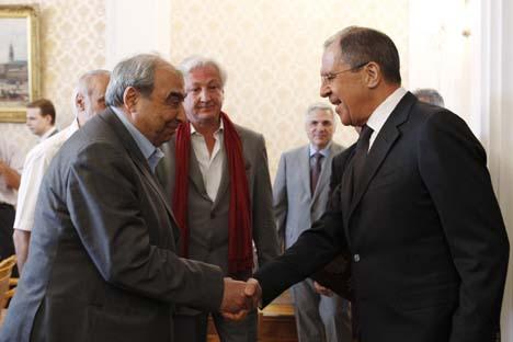 O chanceler  da Rússia, Sergei Lavrov (à dir.) aperta a mão com proeminente ativista de oposição sírio Michel Kilo (à esq.) antes de uma reunião com membros da delegação representando a oposição síria na sede da chancelaria em Moscou Foto: Reuters
