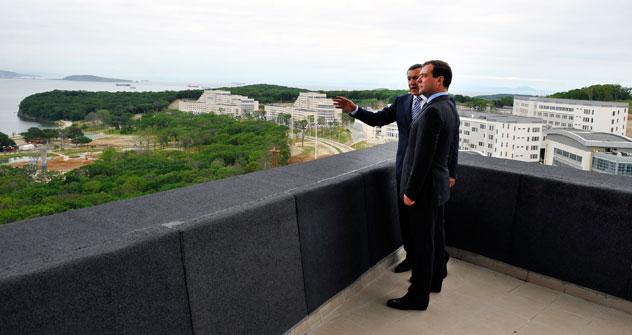 Primeiro-ministro da Rússia, Dmítri Medvedev (à dir.) e presidente do grupo Crocus Aras Agalarov (à esq.)  olhando para o Universidade Federal de Extremo Oriente Foto: TASS