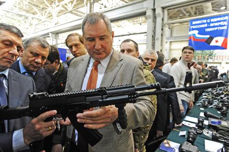 Diretor de construção da Ijmach, Vladímir Zlóbin (à esq.), exibe nova Kalashnikov ao vice-premiê do governo russo, Dmítri Rogózin Foto: TASS