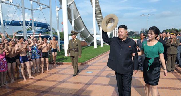 Kim Jong-un e a esposa vistoriaram as obras de um parque de diversões em Pyongyang. Foto: AP