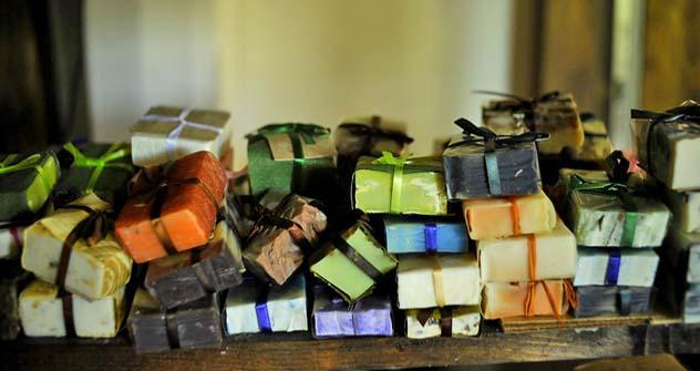 A grande maioria dos produtores de sabão industriais não perde tempo com reações químicas. Foto: Mikhail Mordásov