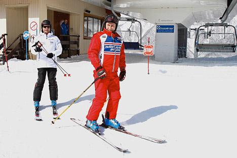 Pútin (à dir.) e Medvedev (à esq.) esquiam juntos. Foto: AP