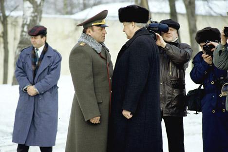 Pável Gratchov (à esq.) e Boris Iéltsin (à dir.) Foto: RIA Nóvosti