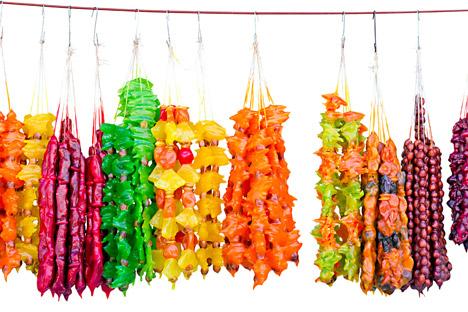 Importada da cozinha caucasiana, a tchurtchkhela é um misto de nozes e suco de uva engrossado com farinha.