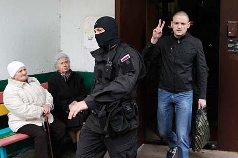 Líder da oposição Serguêi Udaltsov é escoltado de seu apartamento após receber ordem de prisão em Moscou. Foto: Reuters