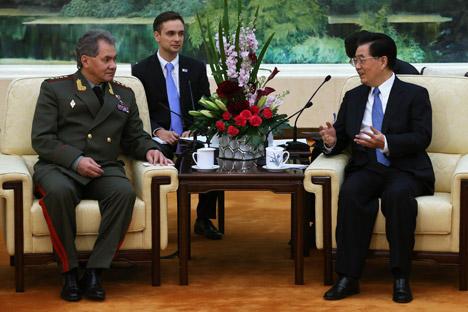 O ministro da Defesa russo, Serguêi Choigu (à esq.) e vice-presidente da Comissão Militar Central da China Xu Qiliang (à dir.).  Foto: Reuters Vostock
