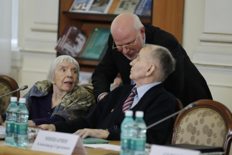 Liudmila Alekseieva, chefe da organização Moscow Helsinki Group (à esq.), e presidente do Conselho de Direitos Humanos Mikhail Fedotov (no meio), durante uma sessão sobre o desenvolvimento da sociedade civil na Rússia.Foto: ITAR-TASS