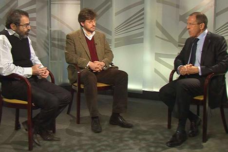 Serguêi Lavrov (à dir.) dutrante a entrevista ao jornal Moscow News. Foto: mid.ru