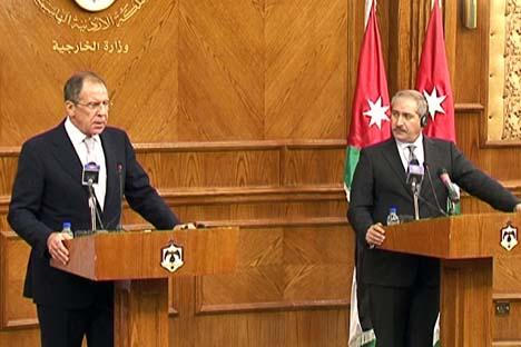 Ministro do Exterior russo Sergêi Lavrov (à esq.) em conferência de imprensa conjunta após conversações com o ministro das Relações Exteriores da Jordânia Nasser Djodo. Foto: mid.ru