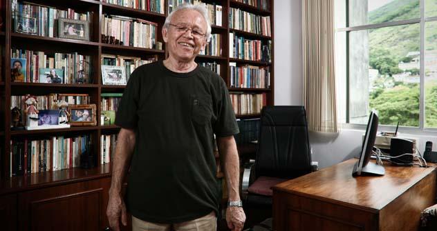 Condecorado com Medalha Púchkin, tradutor Paulo Bezerra trabalha em seu apartamento, no Rio de Janeiro. Foto: Marcio Nunes
