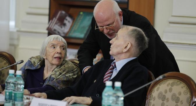 Liudmila Alekseieva, chefe da organização Moscow Helsinki Group (à esq.), e presidente do Conselho de Direitos Humanos Mikhail Fedotov (no meio), durante uma sessão sobre o desenvolvimento da sociedade civil na Rússia. Foto: ITAR-TASS