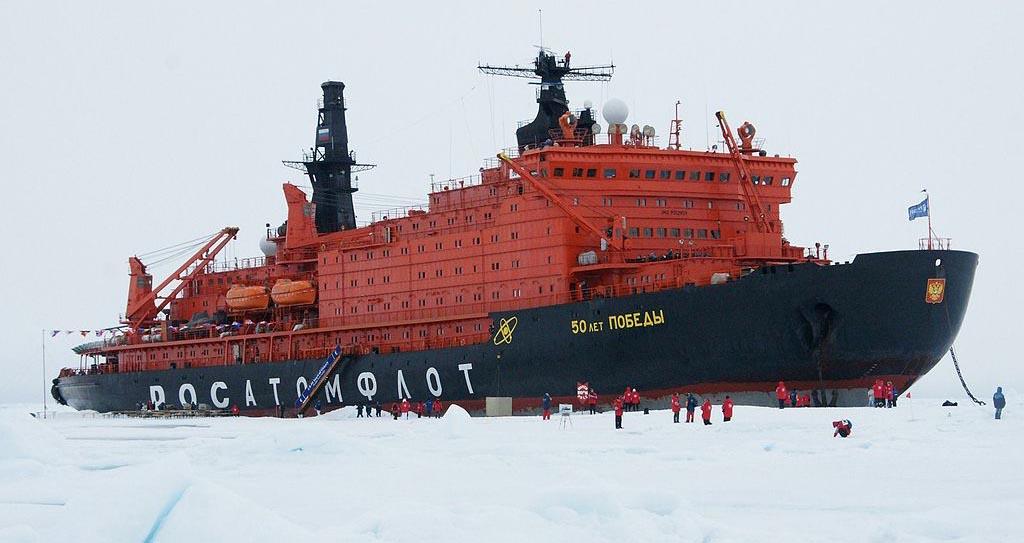 """O primeiro cruzeiro turístico ao Polo Norte foi realizado em agosto de 1990 a bordo do quebra-gelo atômico """"Rossiya"""" Foto: Itar-Tass"""