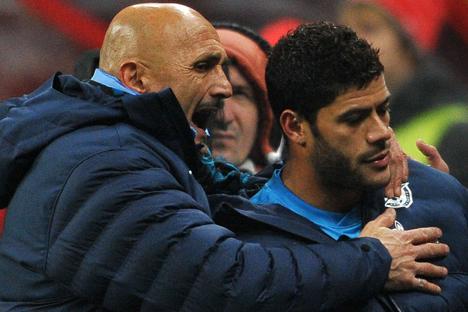 Durante a partida contra o Milan, Hulk (à dir.) se recusou a estender a mão a Spalletti (à esq.) quando foi substituído, no final do segundo tempo.Foto: RIA Nóvosti