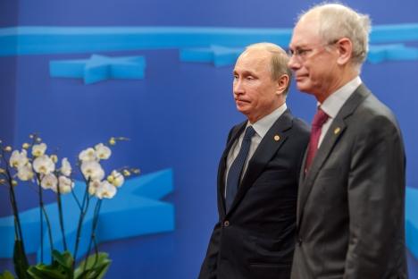 O presidente russo, Vladímir Pútin (à esq.) e presidente do Conselho Europeu, Herman Van Rompuy, durante a cúpula Rússia-UE. Fonte: APFoto: AP