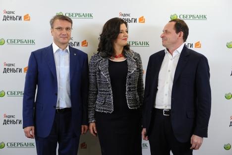 Maior banco da Rússia  e Yandex Dêngui assinaram um acordo de colaboração. Na foto (de esq. a dir.): Presidente do Sberbank, Guêrman Gref, diretora do Yandex Dêngui  Evguênia Zavalíchina e CEO de Yandex Arkadi Voloj. Foto: ITAR-TASS