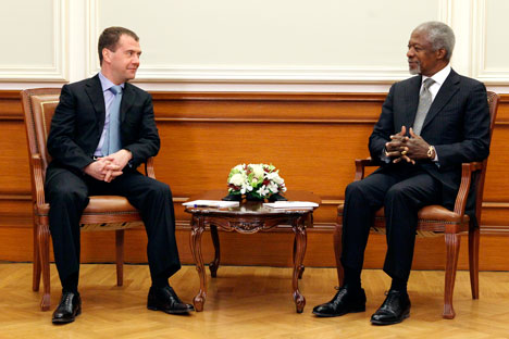 Dmítri Medvedev (à esq.) e  Kofi Annan (à dir.) Foto: AP