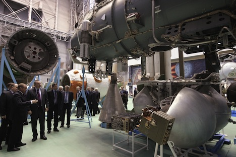 Vice-Primeiro-Ministro russo Dmítri Rogózin (segundo à esquerda) visitando as instalações de produção de foguetes de espaço Corporação Energia. Foto: RIA Nóvosti