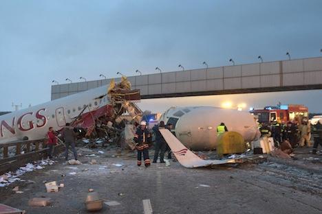 O avião Tu-204 fabricado pela Aviastar para a companhia Red Wings Airlines caiu no aeroporto de Vnukovo Foto: AP