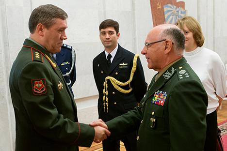 Chefes dos Estados-Maiores da Rússia (à esq.) e do Brasil (à dir.). Foto: mil.ru