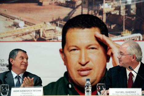 Igor Sechin (à esq.), presidente da petrolífera russa Rosneft, aplaude o ministro venezuelano de Energia e Petróleo, Rafael Ramirez. Foto: AP