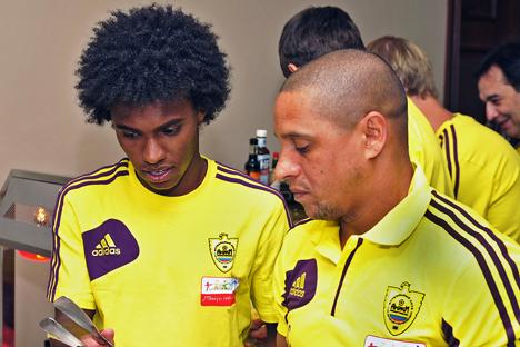 Willian (â esq.) é o quarto jogador brasileiro contratado do clube Anji. Foto: RIA Nóvosti