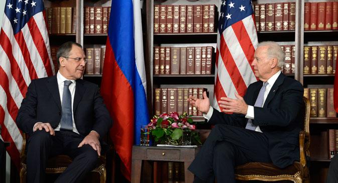 Joseph Biden (à dir.) se reuniu com ministro das Relações Exteriores russo, Serguêi Lavrov, durante conferência em Munique. Foto: AFP/East News