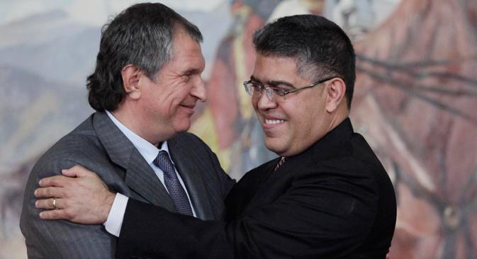 Diretor da petrolífera russa Rosneft, Igor Setchin (esq.), encontra-se com ministro venezuelano de Energia e Petróleo, Rafael Ramirez (dir.), em Caracas. Foto: AP