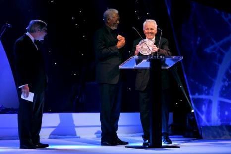 Aleksandr Poliakov recebe o Fundamental Physics Prize.  Foto: GettyImages_Fotobank