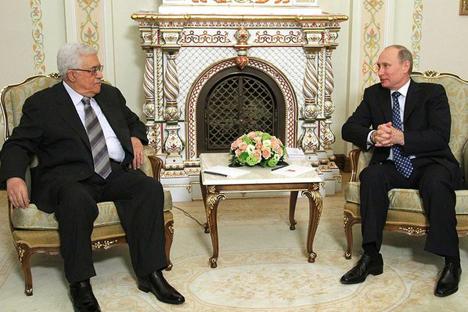 Mahmoud Abbas (à esq.) durante o encontro com Vladímir Pútin. Foto: президент.рф