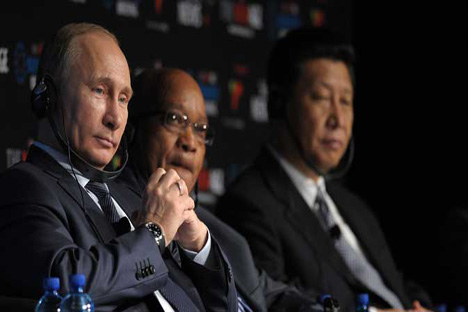 Líderes do Brics não conseguiram chegar a um conceito claro sobre o banco de desenvolvimento conjunto. Na foto (da esq. à dir.), presidentes da Rússia, Vladímir Pútin, da África do Sul, Jacob Zuma, e da China, Xi Jinping Foto: ITAR-TASS