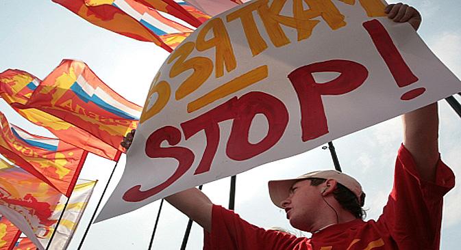"""Ativista político participa de manifestação contra a corrupção no governo, realizada em julho de 2008 na capital russa. Na placa, lê-se """"Chega de suborno!"""" Foto: AFP / East News"""