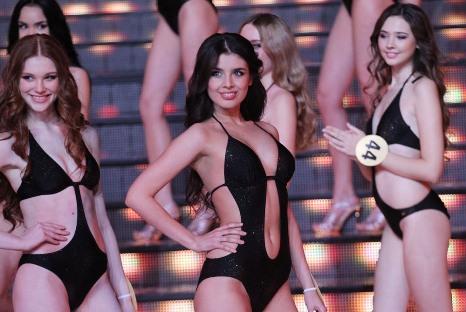 A estudante Elmira Abdrazakova (centro), 18 anos, é a atual Miss Rússia Foto: RG / Konstantin Zavrazhin