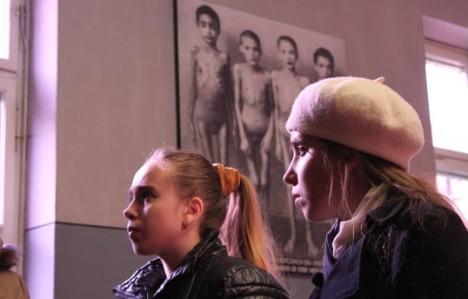 Chakirov levou as irmãs em uma excursão ao Museu Memorial, erguido no local do ex-campo de concentração de Auschwitz, na Polônia Foto: Site oficial do MMKF