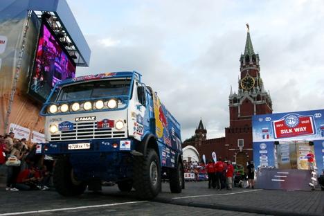 Equipe da Kamaz partindo da Praça Vermelha, em Moscou Foto: ITAR-TASS