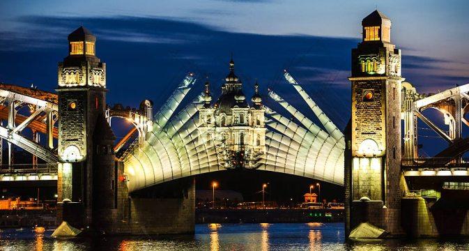 Ponte Pedro, o Grande, abrindo durante as Noite Brancas de São Petersburgo Foto: Aleksêi Danitchev/RIA Nóvosti