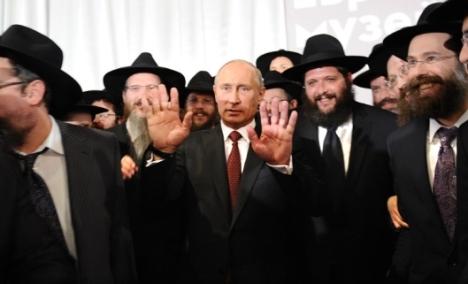 Presidente Vladímir Pútin (centro) discursou durante cerimônia de entrega da coleção Schneerson no Museu e Centro de Tolerância do Judaísmo, em Moscou Foto: AFP / East News